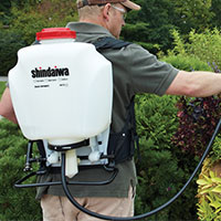 backpack sprayers for gardener